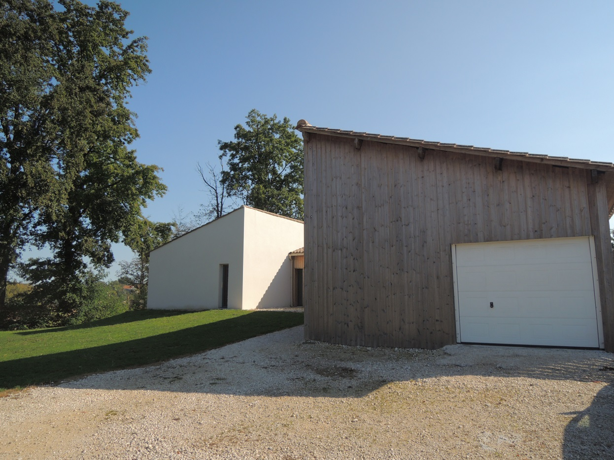 Maison récente de plain-pied,  piscine et terrain