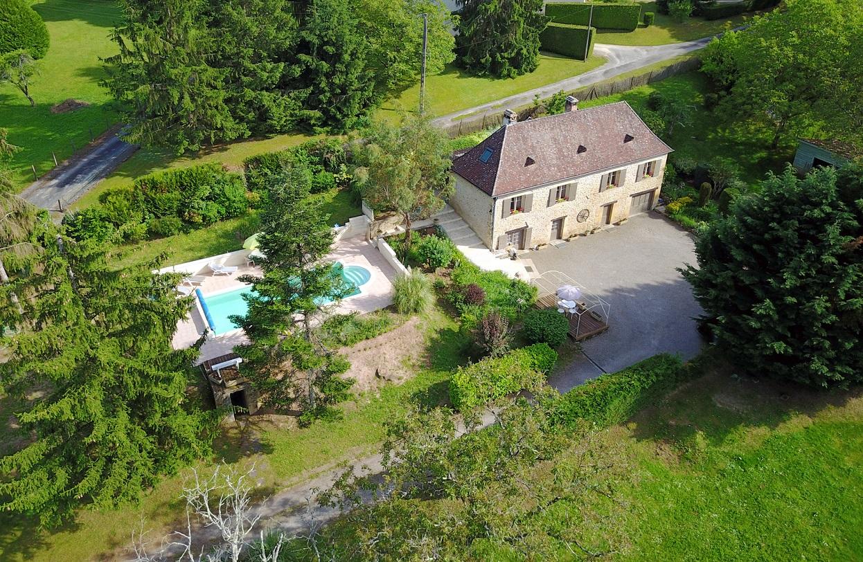 A Sarlat, maison en pierre, piscine et terrain 7752m²