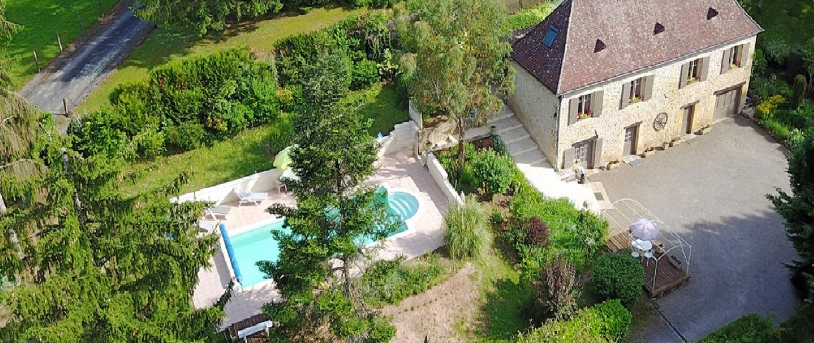 A Sarlat, maison en pierre, piscine et terrain 5000m²